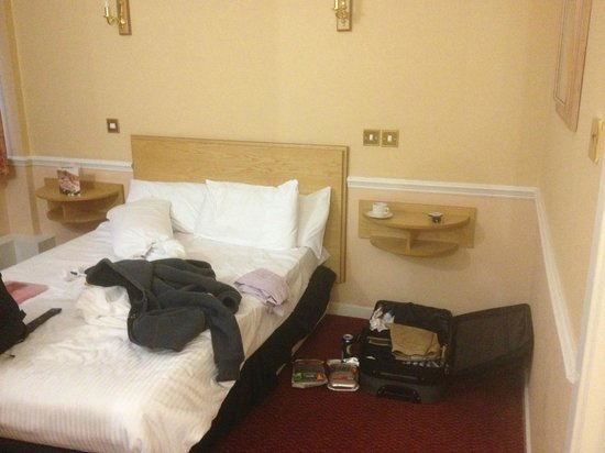 BEST WESTERN Manchester Altrincham Cresta Court Hotel: The bed (after I've arrived)