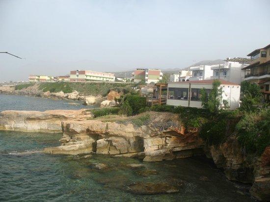 Elmi Suites: бар возле отеля