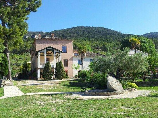 Hotel Rural Masia La Mota: Parte frontal y jardín autoctono