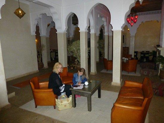 Riad Shama: Le salon à coté de la salle à manger