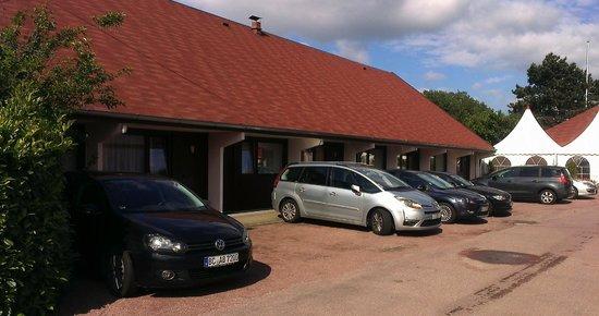 Au Relais d'Alsace : Vue des chambres avec gaz d'échappement en prime juste sous les fenêtres