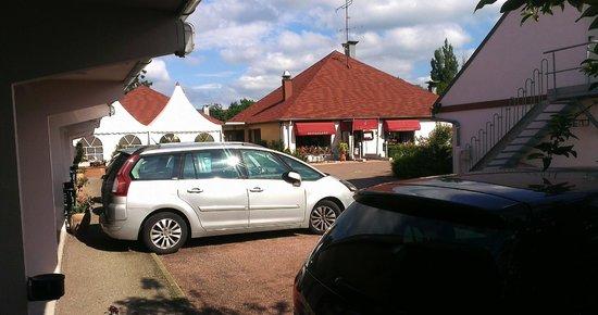 Au Relais d'Alsace : Vue depuis coté extérieur porte entrée chambre