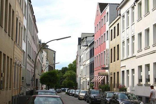 Hotel Wedina: Улица Гурлиттштрассе: красное здание отеля не пропустишь
