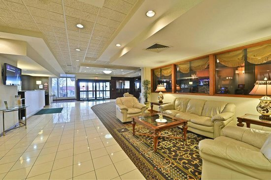 Clarion Hotel & Conference Center: Relax in our spacious lobby.