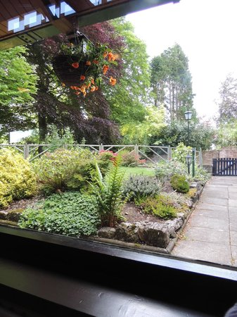 Crown Wetheral Hotel: View of garden from breakfast room