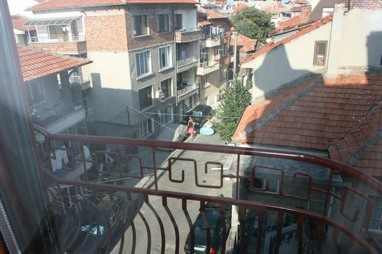 Sofia Family Hotel: View from room to Khan Krum street towards the beach
