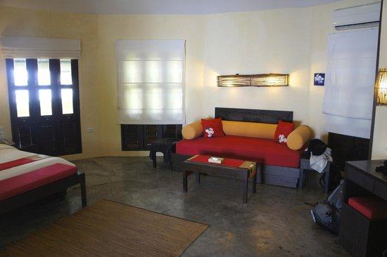 Pariya Haad Yuan: couch