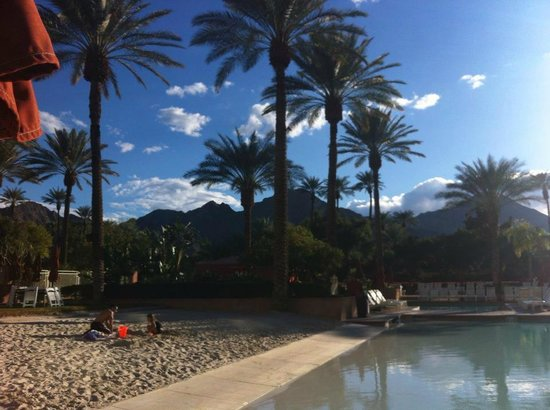 Renaissance Indian Wells Resort & Spa: Sand by the pool