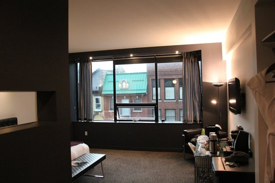 """Hotel Metro: """"City View Room"""""""