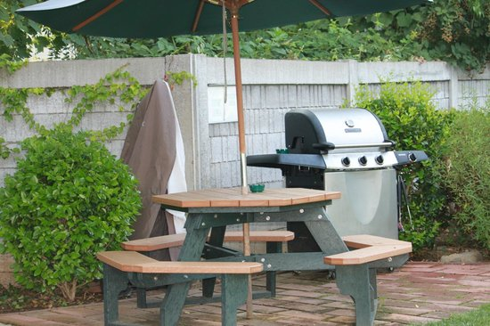 Grass Valley Courtyard Suites : Guest BBQ Area