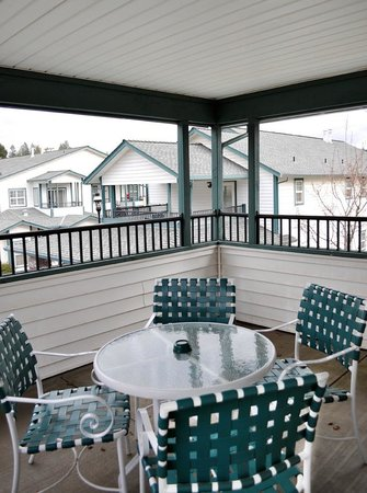 Grass Valley Courtyard Suites: Private Balcony