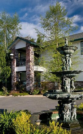 Grass Valley Courtyard Suites: Courtyard Fountain