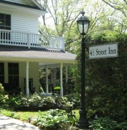 4-1/2 Street Inn Bed and Breakfast: Our Welcoming Lampost
