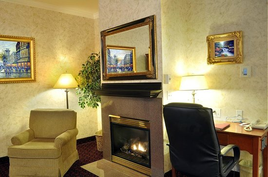 Grass Valley Courtyard Suites : Enjoy a relaxing night by the fireplace