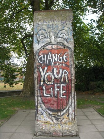Museo imperiale della guerra: piece of the Berlin wall outside the museum