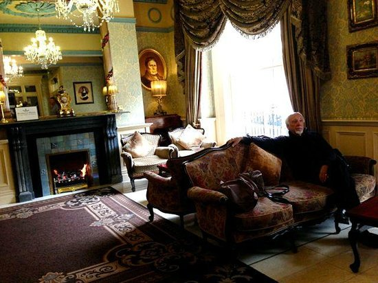 Buswells Hotel: Lounge with fireplace