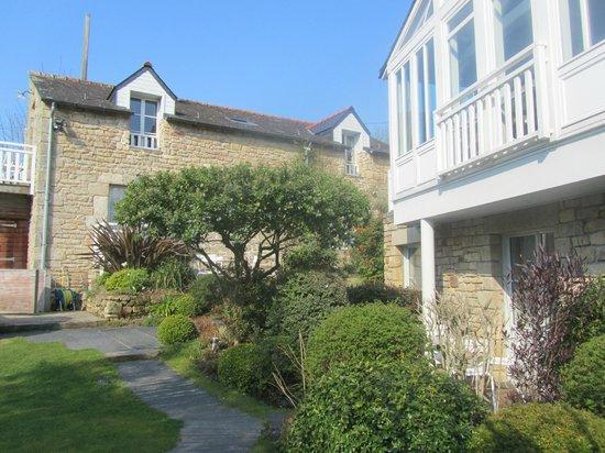 Hotel Le Lodge Kerisper : hotel garden