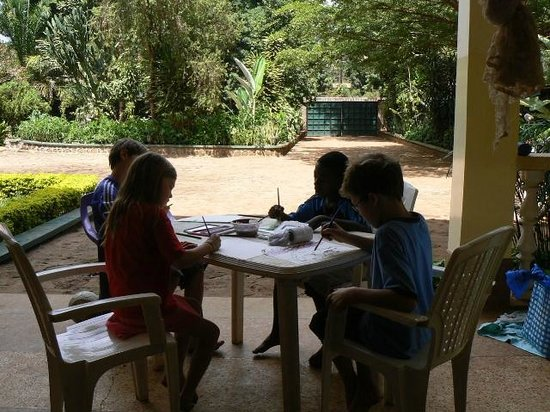 Worlds Collide Africa House : Painting time for the kids