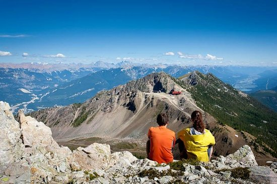 Eagle's Eye Restaurant - Kicking Horse Mountain Resort: Summer hikers view of Eagle's Eye