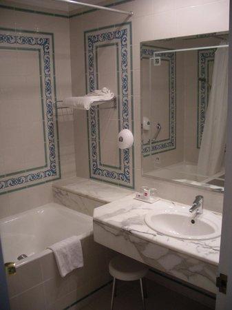 Hotel Palace Royal Garden: The bathroom