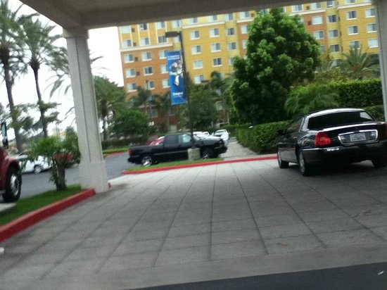 Hilton Garden Inn Anaheim/Garden Grove: Front door area