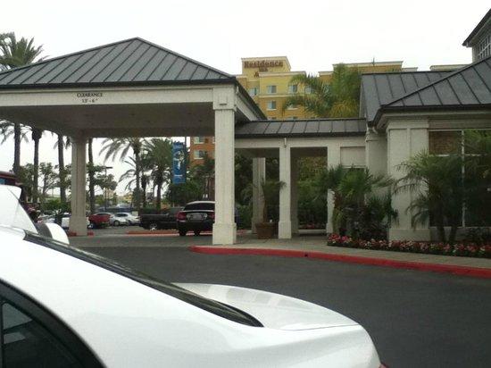 Hilton Garden Inn Anaheim/Garden Grove: Hotel side view.