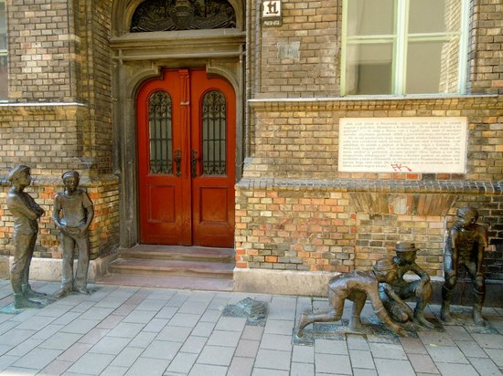 ‪Sculpture of the Boys of the Pál Street‬