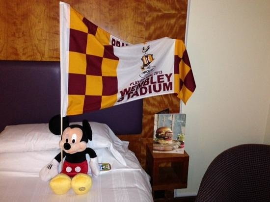 Premier Inn London Wembley Park Hotel: Micky on the large bed