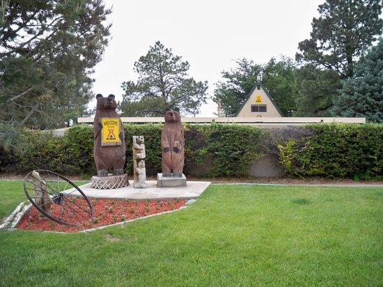 Albuquerque North Bernalillo KOA Campground : Bears at entrance