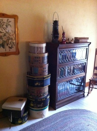 Bridal Veil Lodge: Antique hat boxes in room.