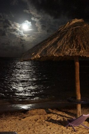Mata Rocks Resort: The beach at night
