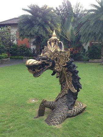 Padma Resort Legian: artwork in gardens