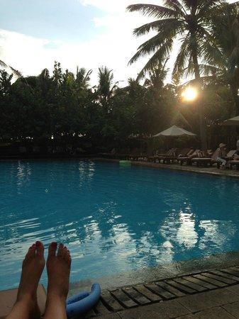 Padma Resort Legian: relaxing by the pool