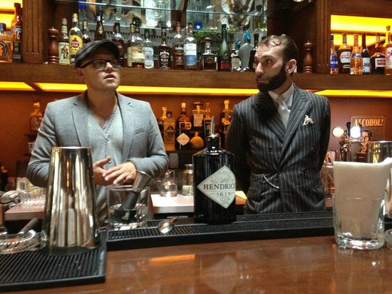 Linneo. Pub Botanico: Hendrick's Gin's Team showing how a perfect Gin & Tonic is really made!