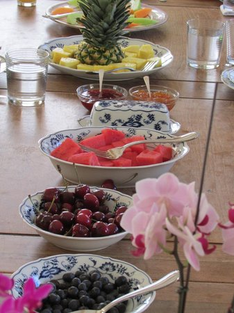 Bella Villa Messina Bed and Breakfast: Fruit served at breakfast