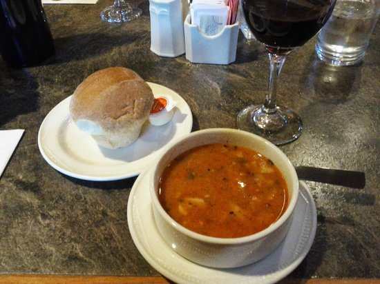 Betty's : Crab bisque and fresh roll