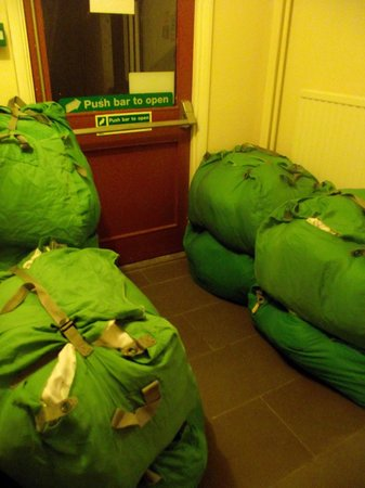 Barkston Rooms: Bolsas con ropa sucia bloqueando la salida de incendios (3 días estuvieron ahí)