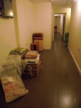 Barkston Rooms: Pasillo de un área en reformas que seguía usándose