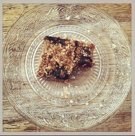 Salt House Inn: Homemade concord grape and peanut butter bars