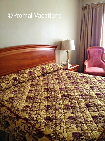 Killarney Towers Hotel & Leisure Centre: Room - Duvets would be better than bedspreads