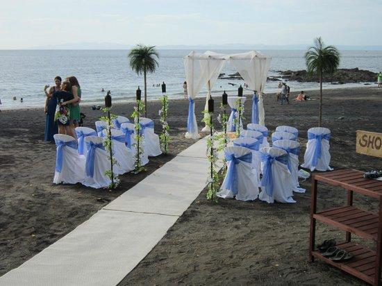 Barefoot Vacation Villas: wedding on the beach