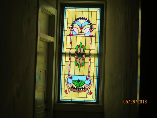 Hotel DeFuniak: Hall stained glass window