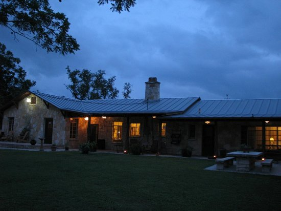 Diamond H Bed & Breakfast : Backside of Property at Night