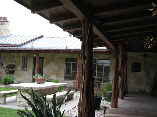 Diamond H Bed & Breakfast: Patio Area with Stone Table