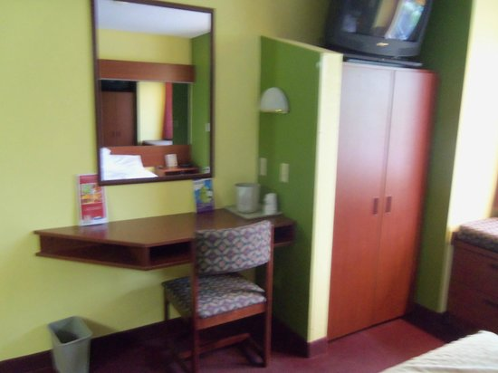 Microtel Inn & Suites by Wyndham Mason/Kings Island : Desk and Closet