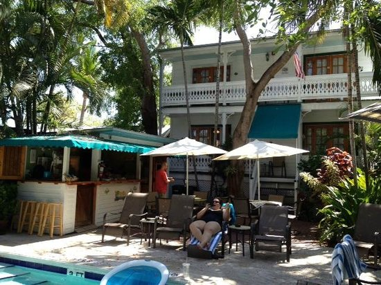 Key West Harbor Inn: Antigua Room to the right of awning