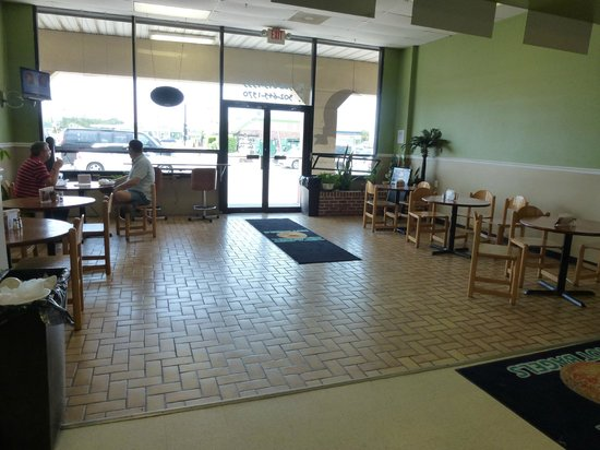 K & H Hot Bagels: K & H Interior dining