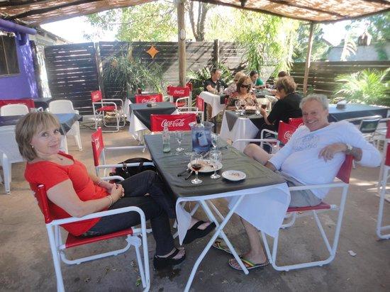 La Cueva Del Sapo: un patio lleno de palmeras, le dan un toque natural