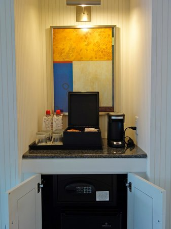 Renaissance Boston Waterfront Hotel: coffee table and in-room safe