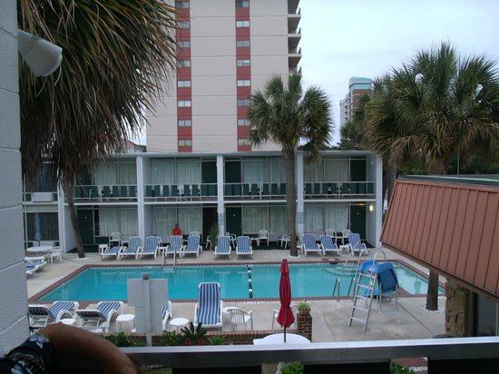 Holiday Shores Motel, Oceana Resorts: Looking out over pool area